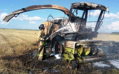 В Смоленской области прямо на ходу загорелся комбайн