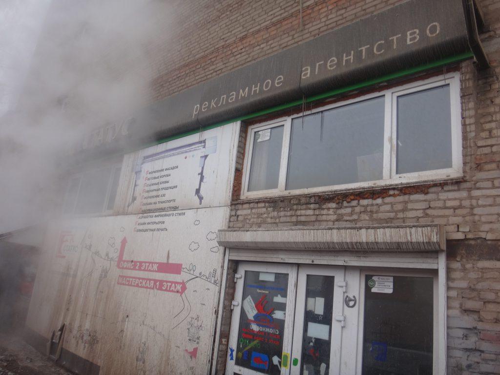 повреждены фасады  организаций