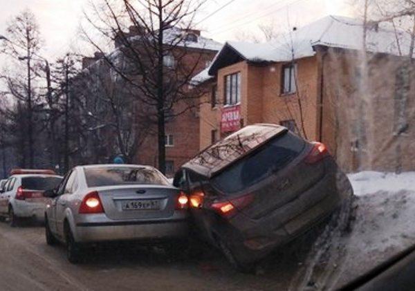 В Смоленске иномарка заехала в сугроб из-за ДТП