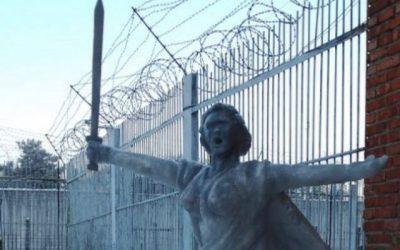 Смоленские заключенные слепили фигуру «Родина-мать» из снега