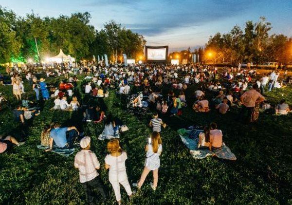 «Никаких билетов, открытое небо и кино». В Смоленске пройдет Всемирный фестиваль уличного кино