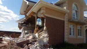 В деревне Высокое Смоленского района из-за подкопа под фундамент произошло обрушение жилого дома. По счастливой слуайности никто не пострадал