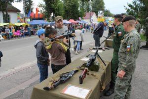Будущие защитники Отечества на Дне города Ельня не могли оторваться от настоящего оружия, привезенного расквартированными в районе военными