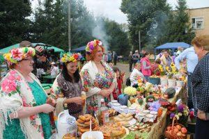 В честь праздника в самом центре развернулось вкусное, ароматное, веселое… Ельниское подворье