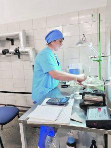Перед тем, как зрелое тесто отправить на разделку его готовность проверяют в лаборатории.